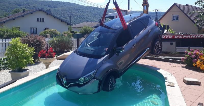voiture dans piscine